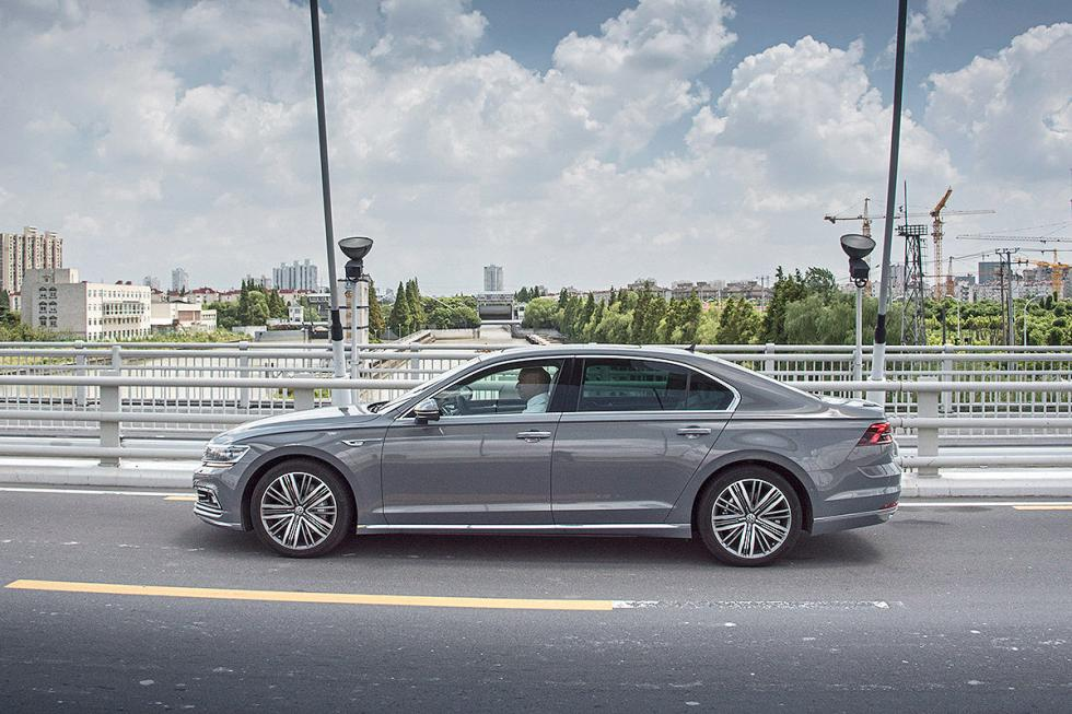 VW Phideon lateral