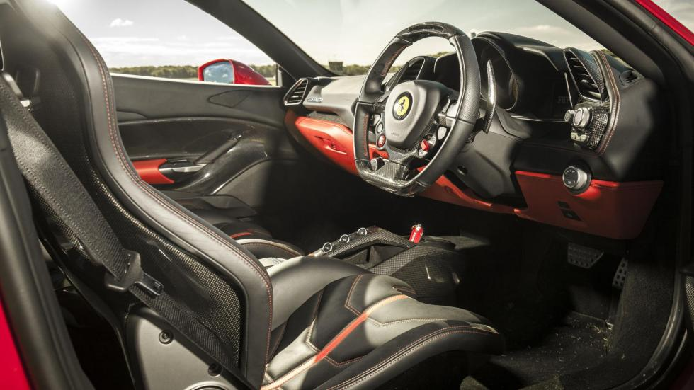 Ferrari 488 GTB deportivo motor interior lujo italiano rojo