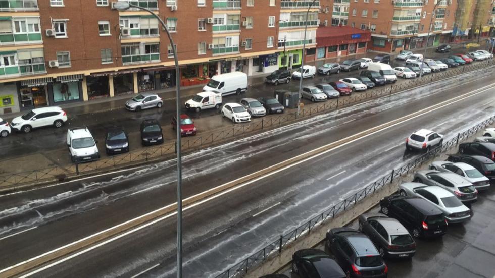 Lluvia borra marcas viales en Madrid