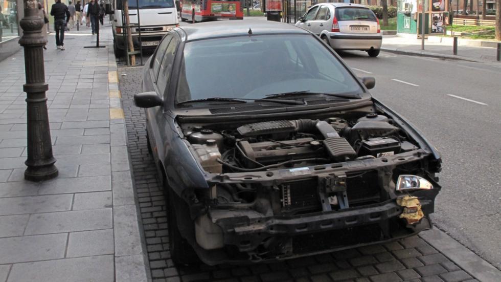 Los desperfectos coche abandonado