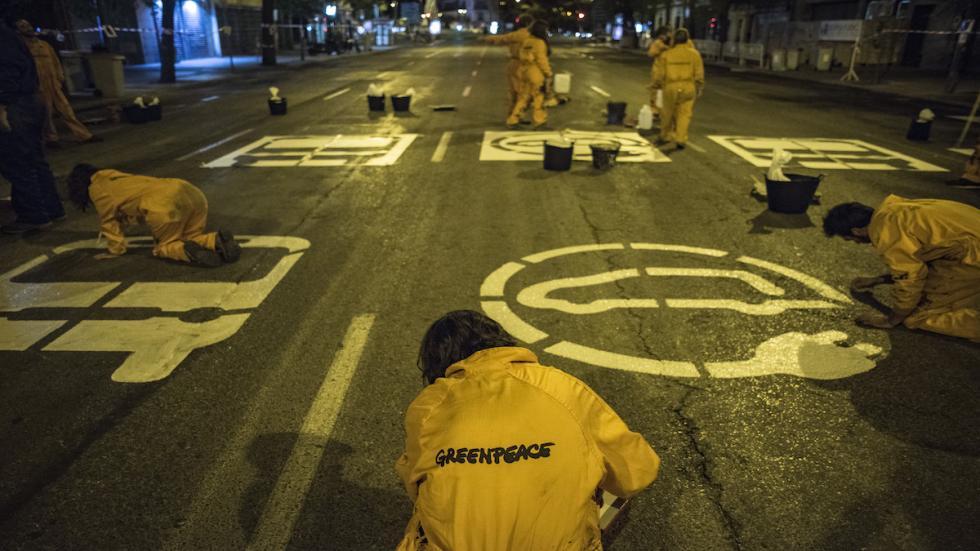 Greenpeace-Bravo-Murillo-Madrid-Día-sin-coches-plantillas-pintura