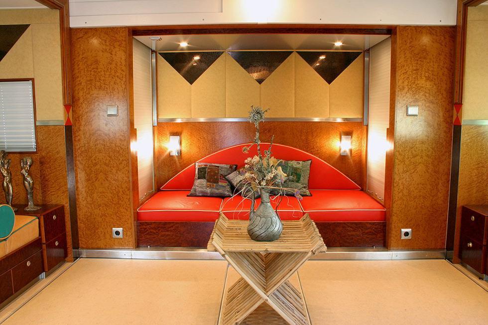 La caja se ensancha hasta cinco metros y ofrece una estancia de lujo.