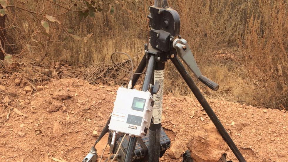 Este aparato mide distintos parámetros del coche de test.