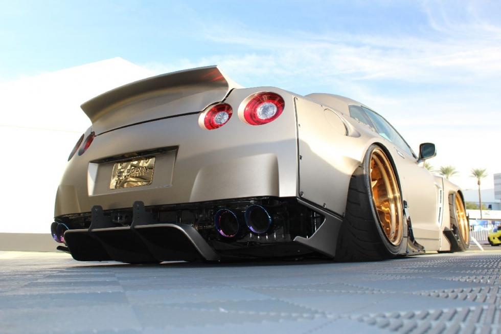 Nissan GT-R AccuAir, con bodykit Liberty-Walk, escapes Armytrix