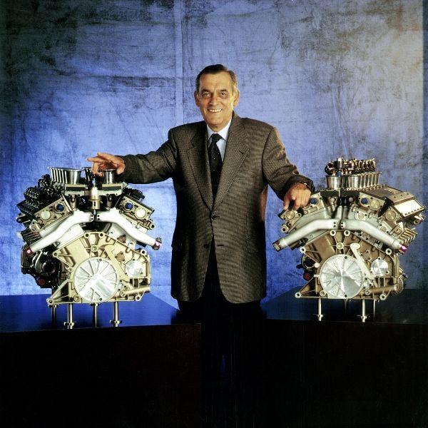 Paul Rosche entre los motores de 12 cilindros BMW para la F1 de 1995-1999.