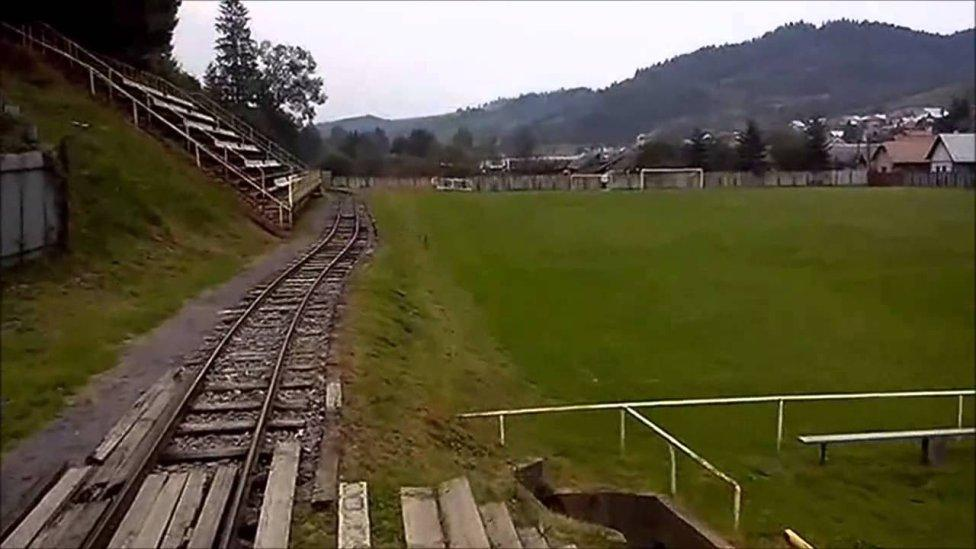 Estadio Cierny Balog en Eslovaquia, por el que pasa un tren