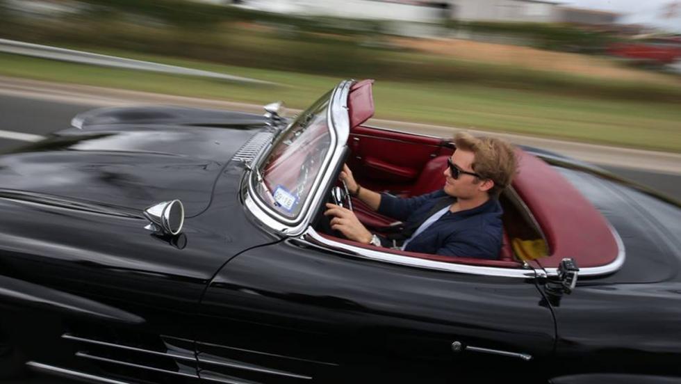 Nico Rosberg, al volante de un Mercedes 300 SL Roadster de 1958.