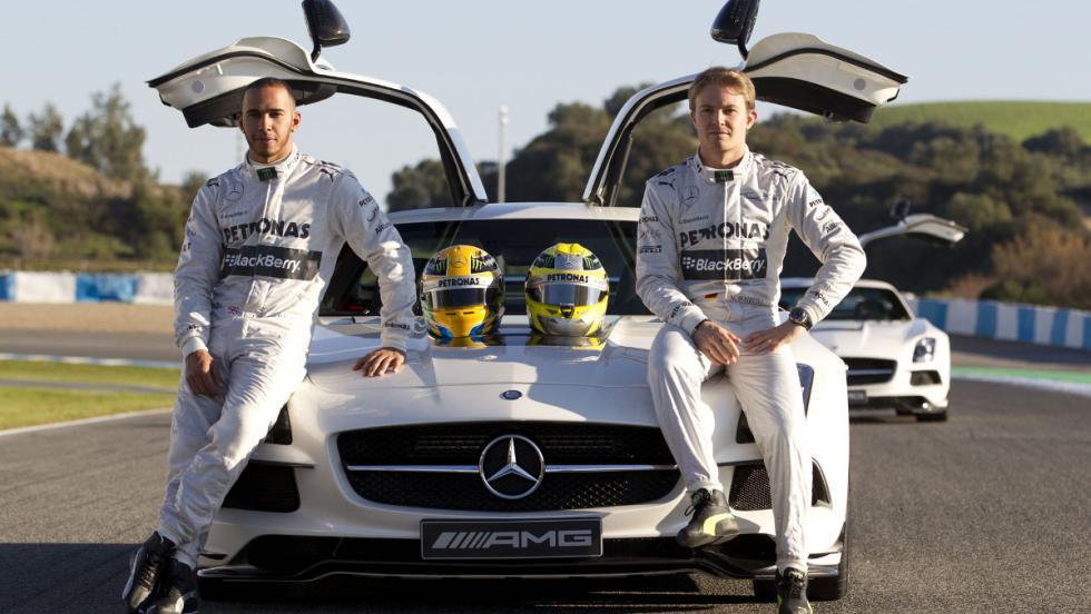Rosberg y Hamilton con un Mercedes SLS.