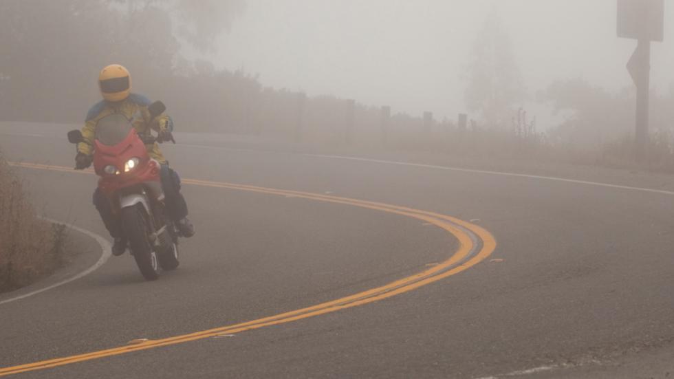 Conducción-niebla-moto-curva