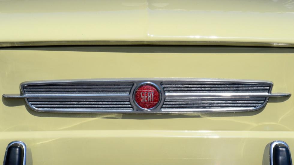 Seat-850-4p-Especial-Lujo-logo-delantero