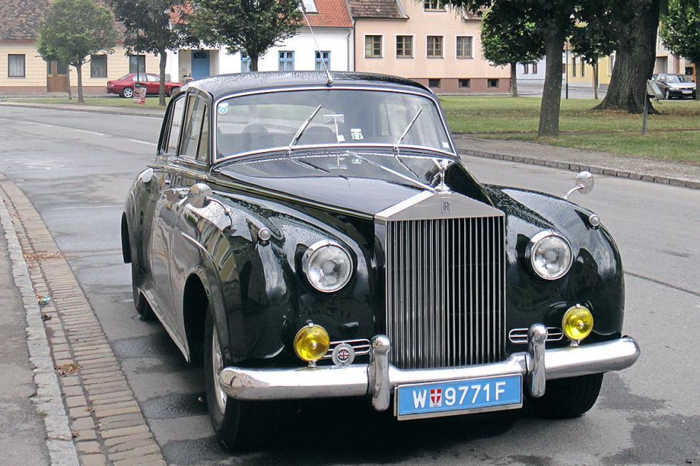 ... de hecho, tiene este Silver Cloud de 1956 en su garaje.