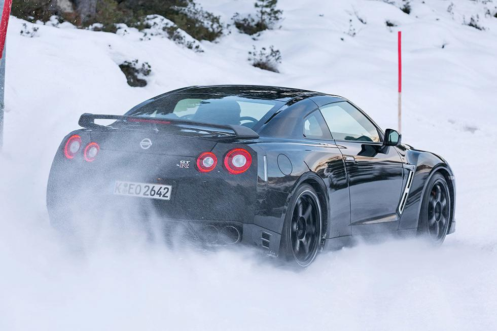 4 deportivos en la nieve