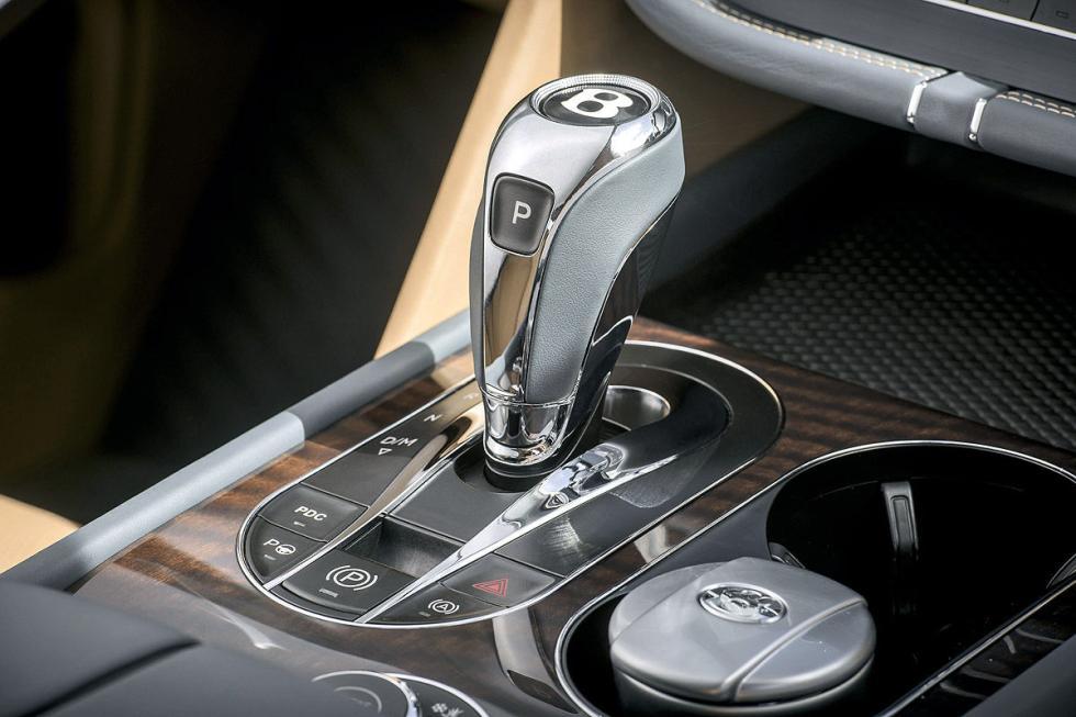 Tesla Model X vs Bentley Bentayga