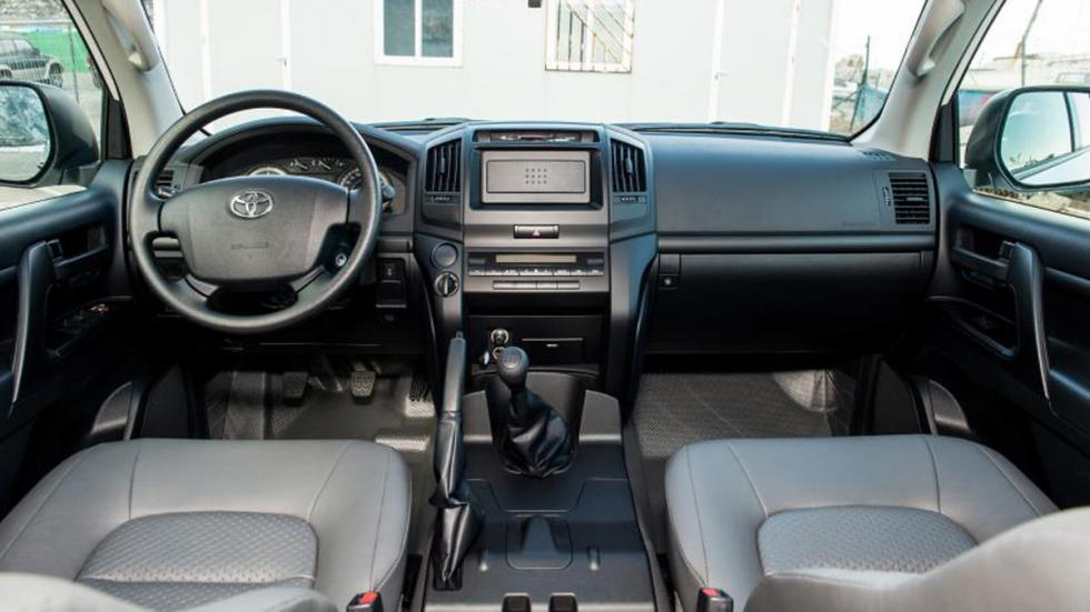 coches-vendían-cambio-manual-Toyota-Land-Cruiser-200-interior