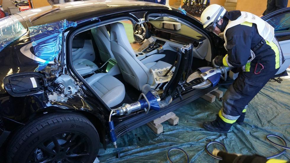 Bomberos cortan nuevo Porsche Panamera