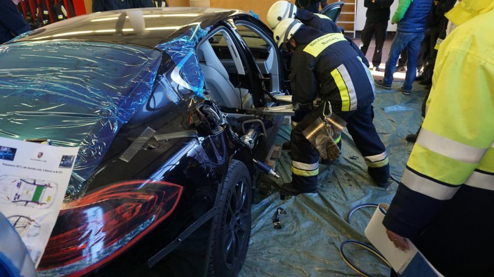 Bomberos cortan nuevo Porsche Panamera lateral