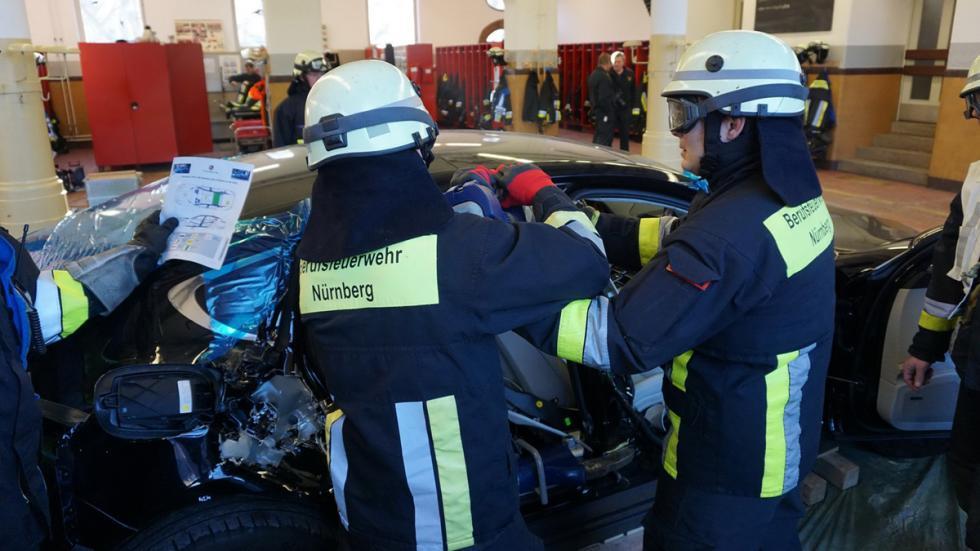 Bomberos cortan nuevo Porsche Panamera ejercicio
