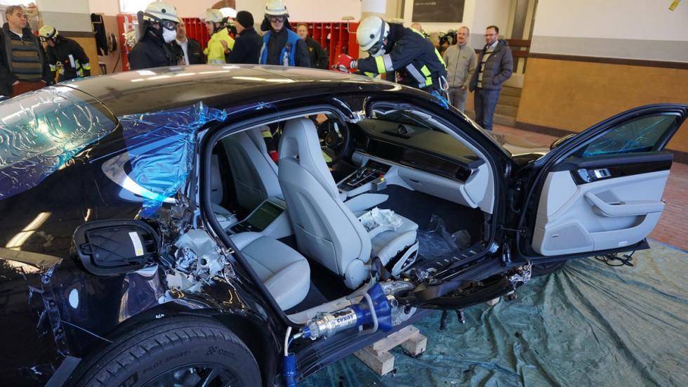 Bomberos cortan nuevo Porsche Panamera abierto