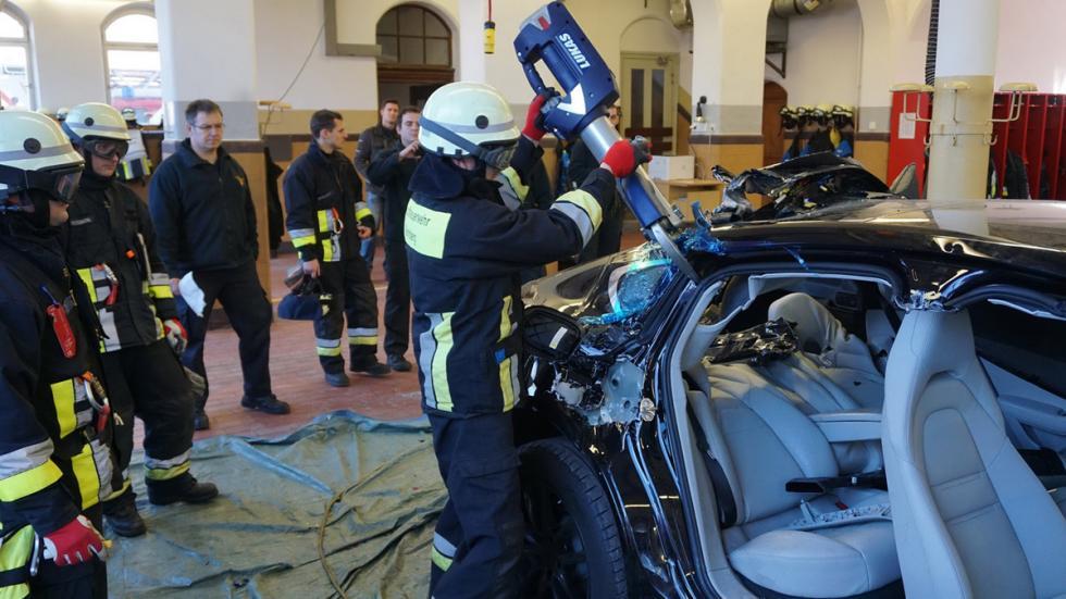 Bomberos cortan nuevo Porsche Panamera pinzas