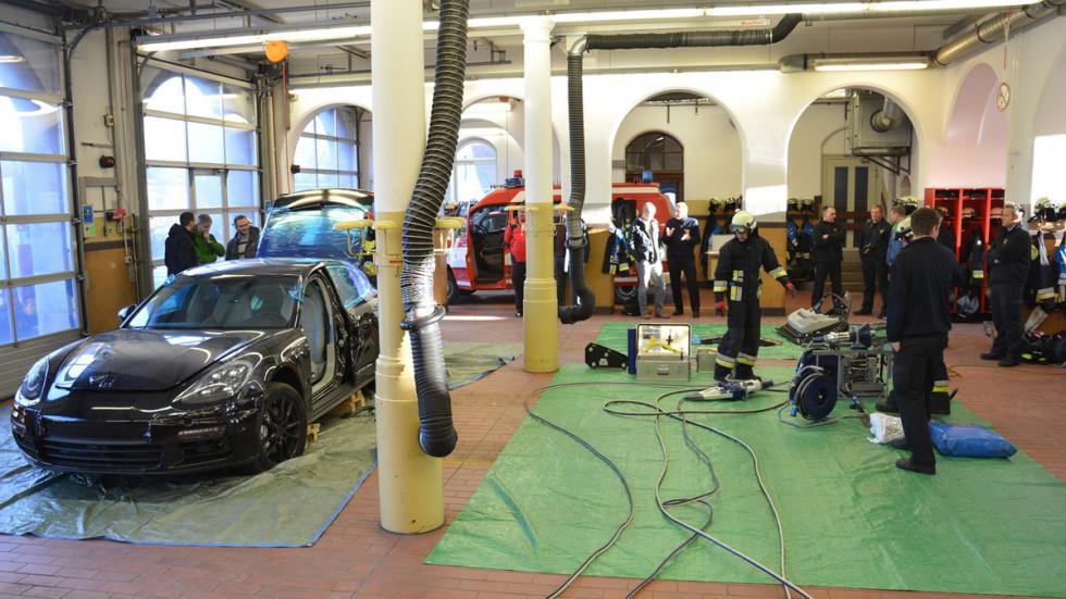 Bomberos cortan nuevo Porsche Panamera panorámica