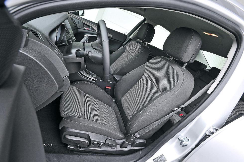 El Insignia es más confortable de suspensiones, y también de asientos. Lleva los