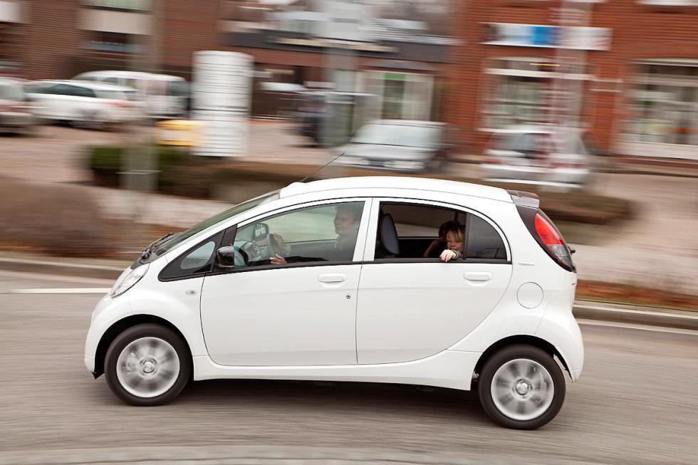 ... y gana por goleada al Peugeot iOn, menos espacioso y con solo 80 km de auton