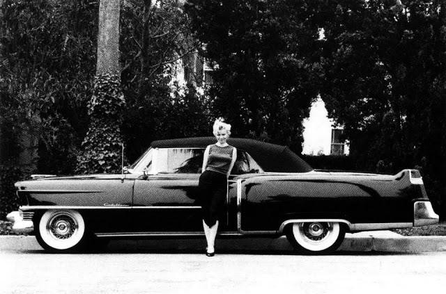 Marilyn posando con su impresionante Cadillac Convertible 1954