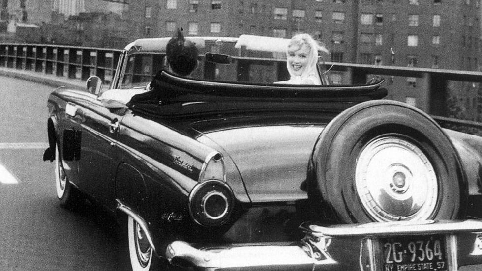 Marilyn y un Ford Thunderbird conducido por el muermo de Arthur Miller, uno de sus tres maridos