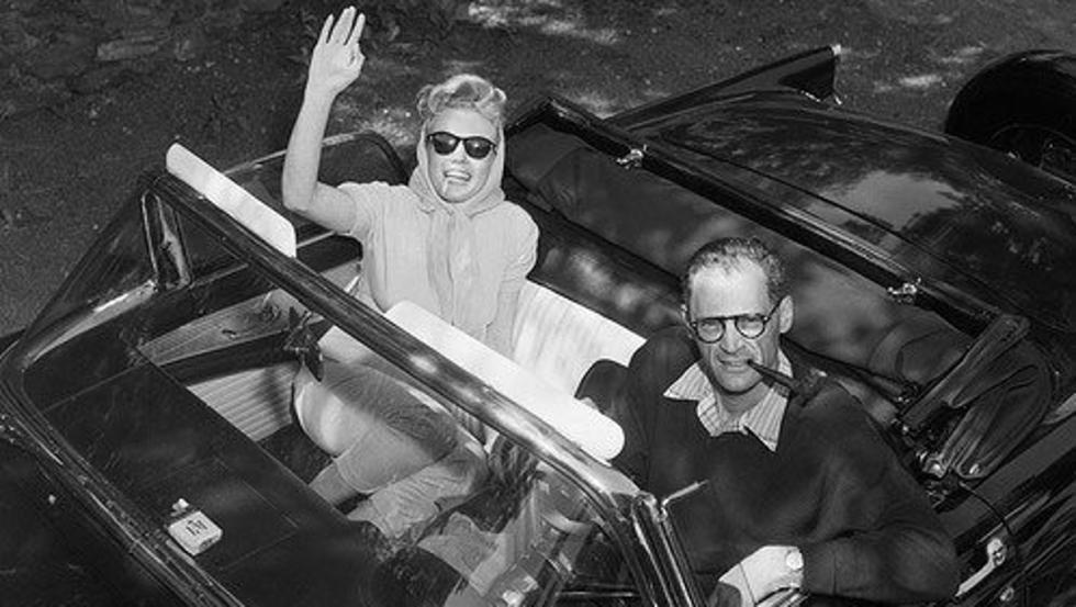 Como ves en esta foto, el sieso de Arthur Miller no se separaba de Marilyn ni del Ford Thunderbird ni con agua caliente