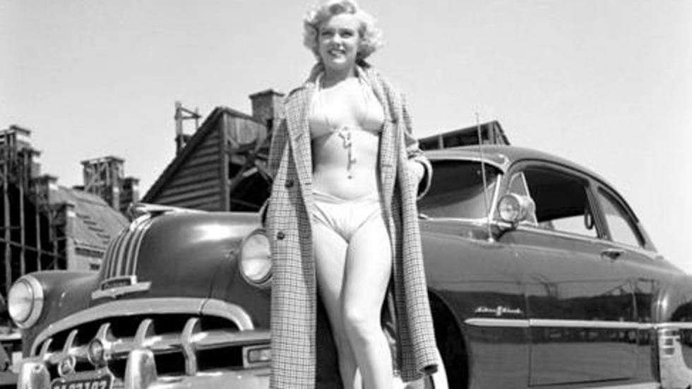 Marilyn junto a un Pontiac 1950 en los estudios de la 20th Century-Fox en 1951 en Los Ángeles (California)