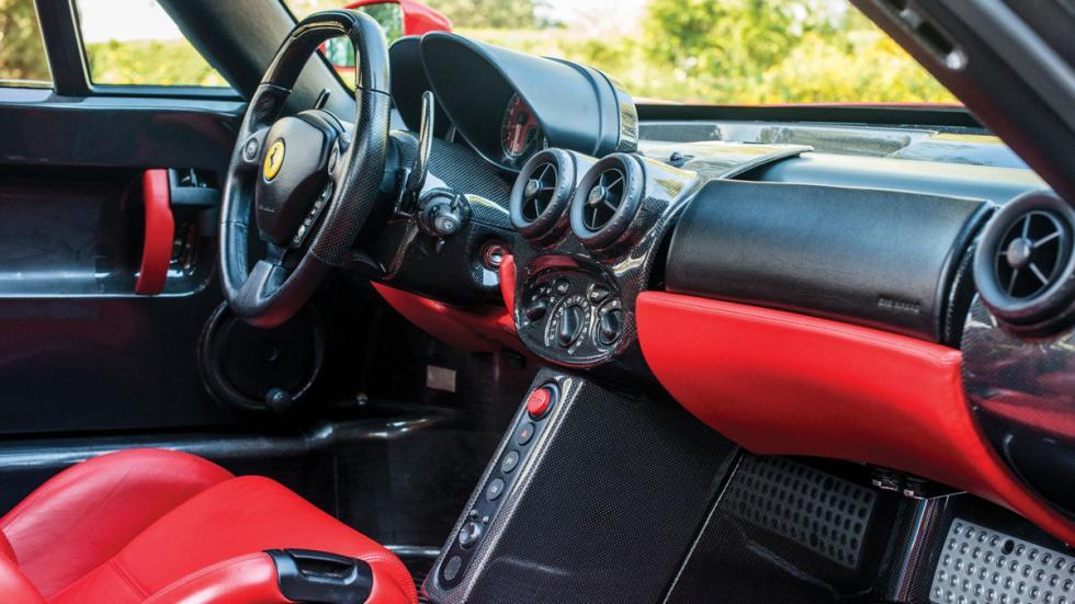 subasta Ferrari Enzo Rosso Scuderia habitáculo