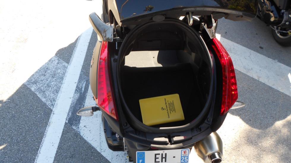 Prueba-nuevo-Peugeot-Metropolis-400-RX-R-2017-maletero-cofre-trasero