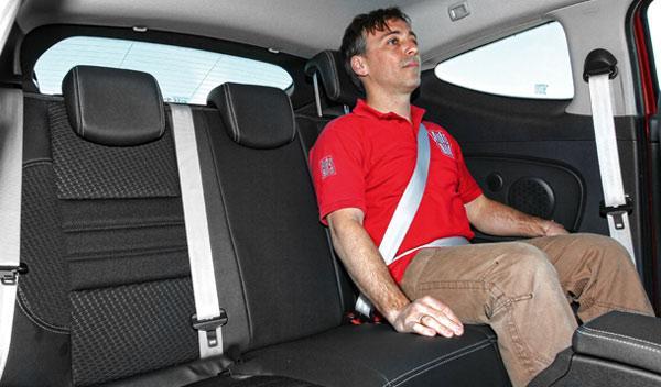 Dos adultos pueden viajar cómodamente atrás en el Renault Mégane Coupé