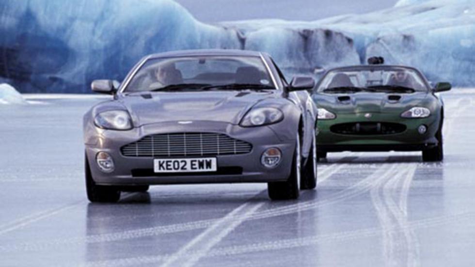 El Vanquish de Bond perseguido por un Jaguar XKR en 'Muere otro día' (2002)