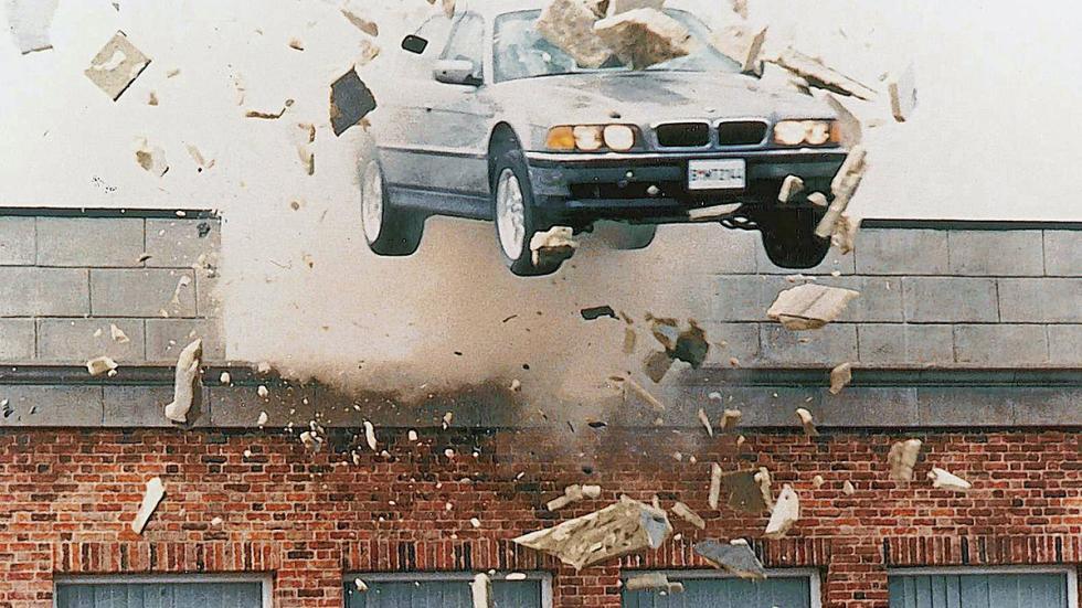 Atravesando una pared en 'El mañana nunca muere' (1997) con un BMW 750 iL.