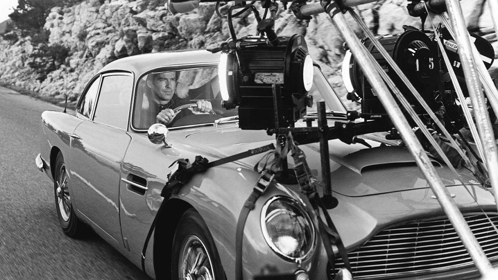 Pierce Brosnan al volante de un Aston DB5 en 'Goldenye'.