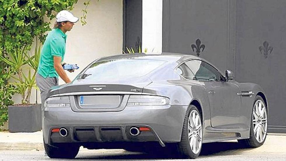 Rafa Nadal y su Aston Martin DBS.