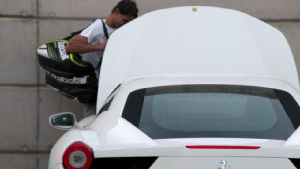 Rafa junto a su Ferrari.
