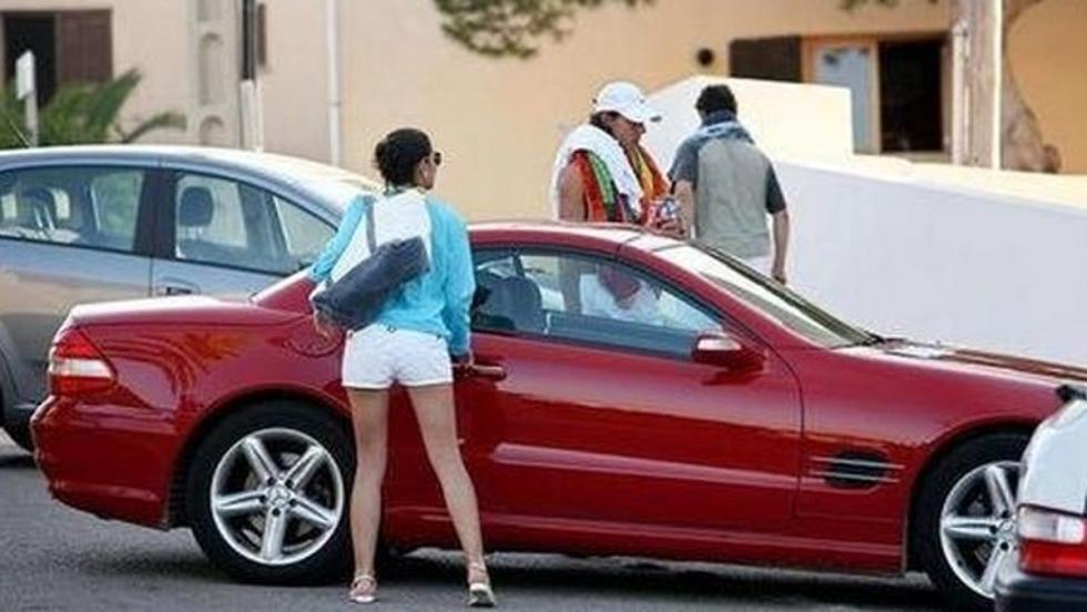 Rafa Nadal y su novia, a punto de subirse al Mercedes SL55.
