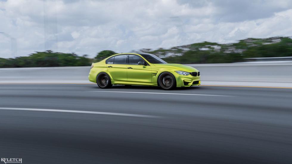 BMW M3 verde lima cromado llantas bronce frontal movimiento