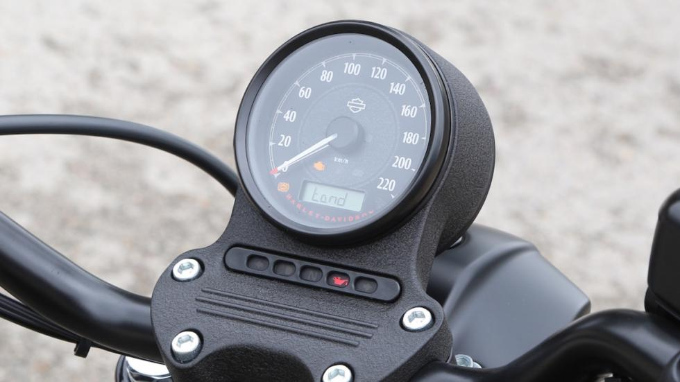 Prueba-Harley-Davidson-Iron-883-2017-cuadro-velocímetro
