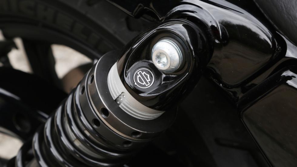 Prueba-Harley-Davidson-Iron-883-2017-suspensión-trasera-amortiguador