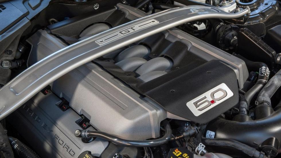 Sin embargo, ofrece un motor V8 de 5.0 litros y un eficiente EcoBoost de 2.3 litros.