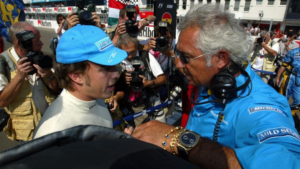 Alonso habla con Briatore antes de la carrera