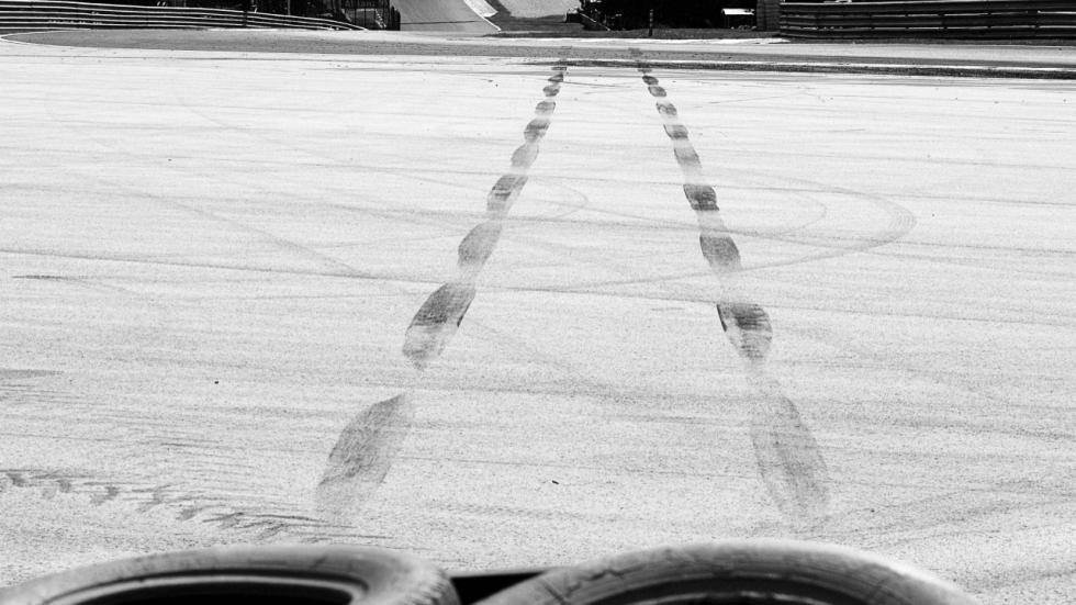 Marcas de neumáticos tras el accidente de Felipe Massa en el GP Hungría 2009