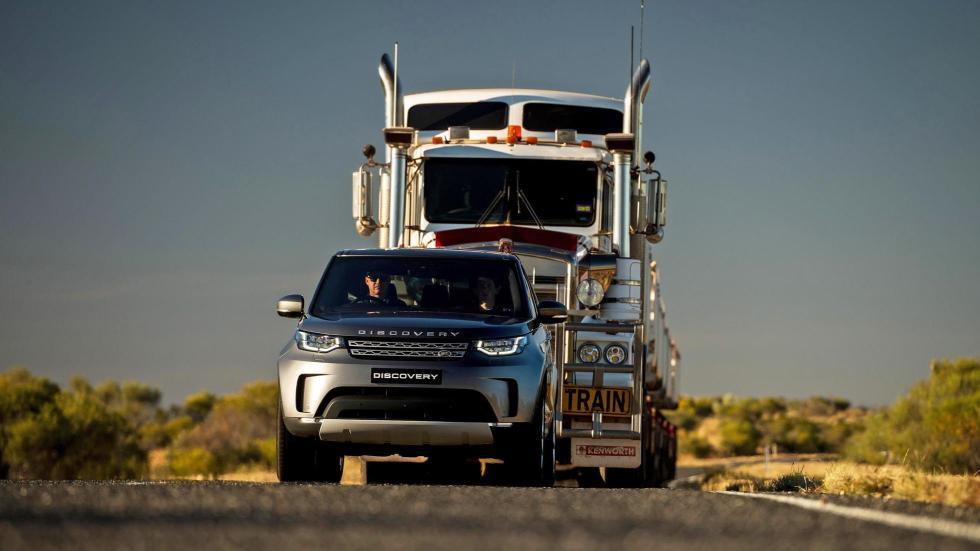 Land Rover Discovery tirando de un convoy de carretera (III)