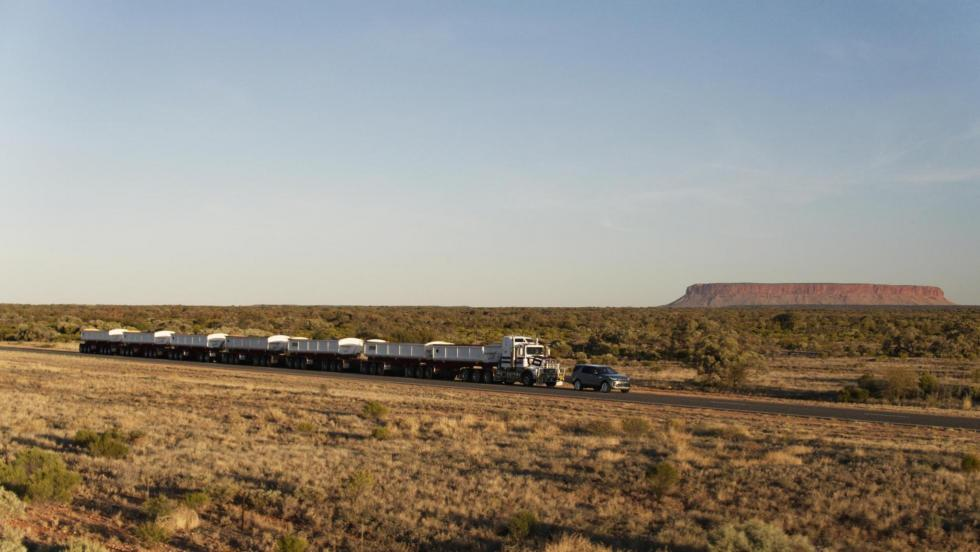 Land Rover Discovery tirando de un convoy de carretera (IV)
