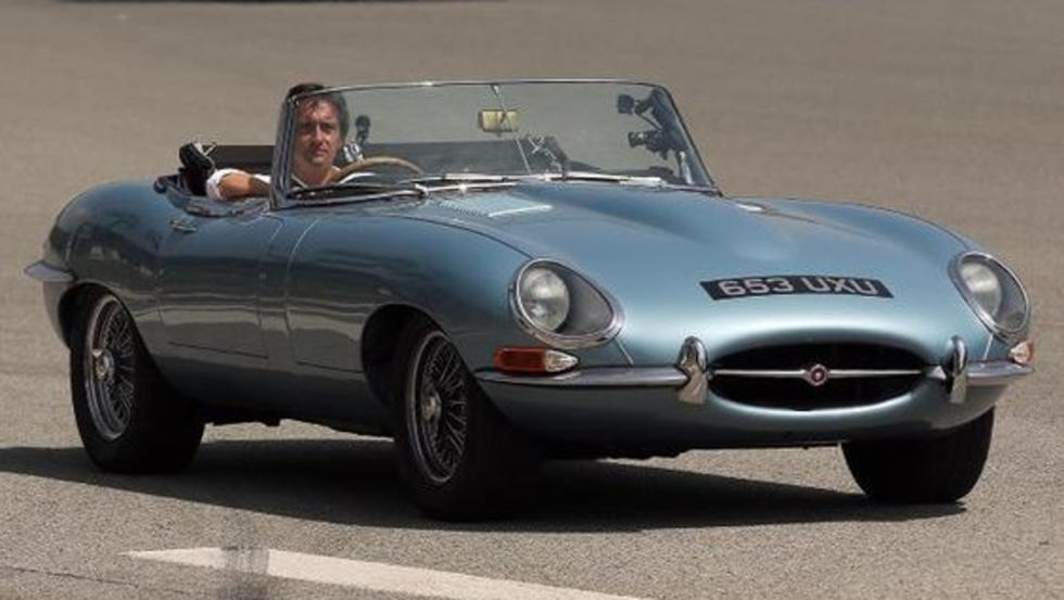Richard Hammond paladea este precioso Jaguar E-TYPE del 69