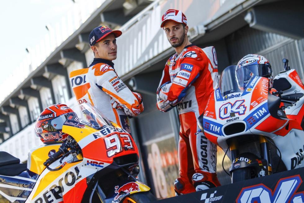 Marc Márquez y Andrea Dovizioso se hacen la foto por la batalla final en MotoGP