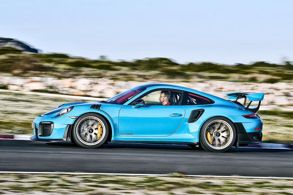 Porsche 911 GT2 RS vs Chevrolet Corvette Z0